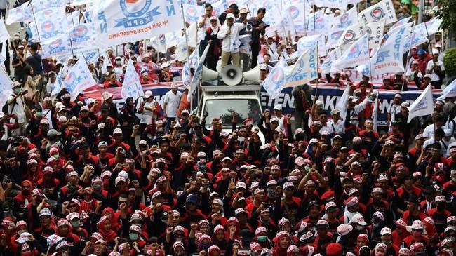 Ratusan buruh akan longmarch menuju Istana Negara dari titik kumpul di bundaran Patung Kuda untuk menyampaikan aspirasi mereka. (Antara Foto/ Wahyu Putro A/pd)
