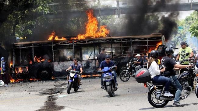 Menteri Luar Negeri Venezuela Jorge Arreaza menuding pasukan oposisi ini bergerak di bawah arahan Amerika Serikat (REUTERS/Carlos Eduardo Ramirez)
