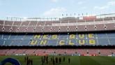 Pemandangan situasi Stadion Camp Nou ketika skuat Liverpool memantau kondisi lapangan dan stadion jelang melawan Barcelona. (Reuters/John Sibley)