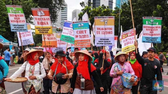 Dengan sejumlah tuntutan mereka datang dengan membawa bendera organisasi buruh masing-masing sambil berorasi.