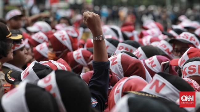 Buruh juga meminta memberikan jaminan pekerjaan untuk rakyat dan menghentikan PHK massal dan mengangkat pekerja outsourcing di BUMN menjadi tetap (CNN Indonesia/Andry Novelino)