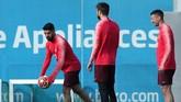 Tiga pemain Barcelona Luis Suarez, Gerard Pique dan Clement Lenglet terlihat santai menjalani latihan. Barcelona dalam kepercayaan diri tinggi jelang lawan Liverpool setelah memastikan gelar La Liga Spanyol akhir pekan lalu. (REUTERS/Albert Gea)
