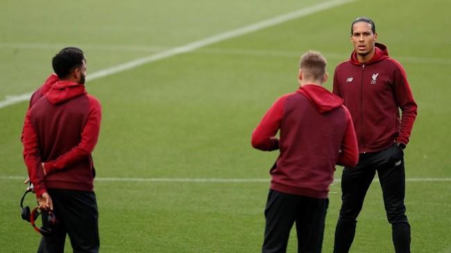 Bek tengah Liverpool Virgil van Dijk melihat kondisi Stadion Camp Nou. Van Dijk baru saja dinobatkan sebagai Pemain Terbaik Liga Inggris musim 2018/2019 versi pemain profesional Inggris (PFA). (Reuters/John Sibley)
