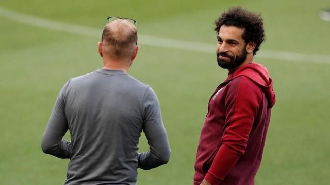 Winger Liverpool Mohamed Salah berbicara dengan staf pelatih The Reds saat melihat kondisi Stadion Camp Nou. (Reuters/John Sibley)