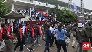 Buruh Menyemut di Tennis Indoor Senayan Tunggu Prabowo