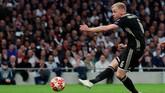 Donny van de Beek berhasil lolos dari jebakan offside dan membawa Ajax Amsterdam unggul di menit ke-15. (Reuters/Andrew Couldridge)