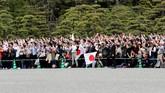 Masyarakat Jepang menantikan pelantikan Naruhito sebagai kaisar baru mereka, Rabu (1/5). Kaisar Naruhito menggantikan ayahnya, Akihito, yang memutuskan turun takhta setelah tiga dekade berkuasa.(REUTERS/Kim Kyung-Hoon)