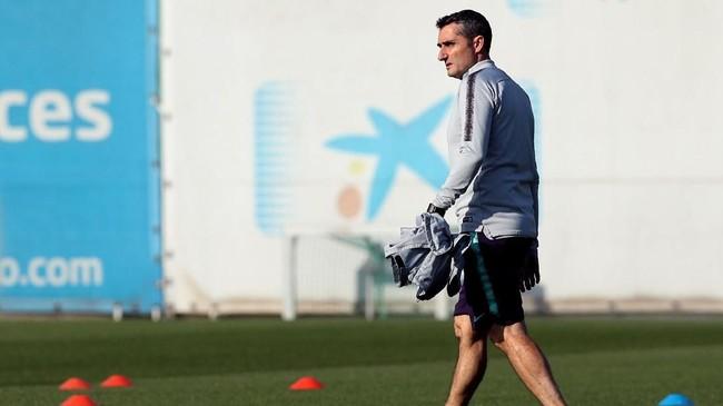 Pelatih Barcelona Ernesto Valverde memantau jalannya latihan terakhir jelang melawan Liverpool pada leg pertama semifinal Liga Champions. (REUTERS/Albert Gea)