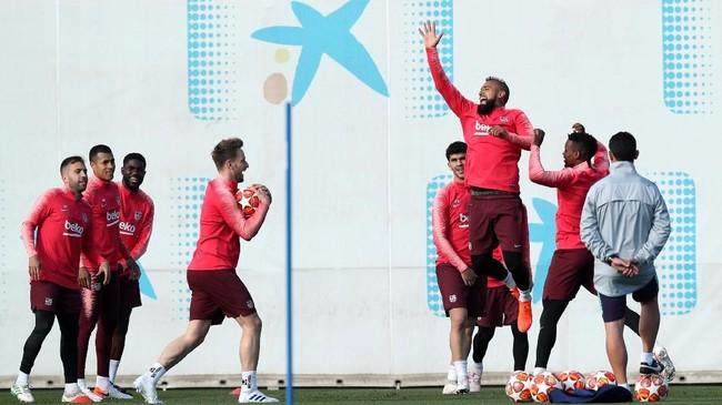Gelandang Barcelona Arturo Vidal melompat dalam sesi latihan terakhir jelang melawan Liverpool. (REUTERS/Albert Gea)