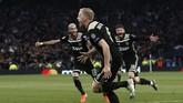 Donny van de Beek merayakan golnya ke gawang Tottenham Hotspur.(Adrian DENNIS / AFP)