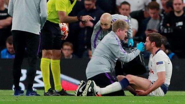 Jan Vertonghen mendapatkan perawatan karena hidungnya sempat mengeluarkan darah. Setelah sempat mencoba melanjutkan laga, Vertonghen akhirnya ditarik keluar. (Reuters/Andrew Couldridge)