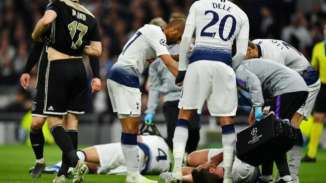 Dua bek Tottenham Hotspur, Jan Vertonghen dan Toby Alderweireld berbenturan kepala dan keduanya terkapar di lapangan. (REUTERS/Dylan Martinez)