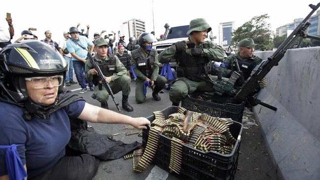 Para pendemo anti pemerintah dilengkapi dengan amunisi yang digunakan oleh pasukan pemberontak untuk melawan Presiden Venezuela Nicolas Maduro (AP Photo/Boris Vergara)