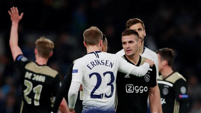Skor 1-0 bertahan hingga akhir pertandingan. Ajax Amsterdam kini lebih difavoritkan lolos ke final Liga Champions. (Reuters/Andrew Couldridge)