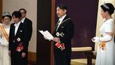 Dalam pidato perdananya, Naruhito berjanji akan terus membela rakyat Jepang dan berharap perdamaian dunia tercapai. Ia menyampaikan hal tersebut ditemani Permaisuri Masako (kanan). (STR / Japan Pool / AFP)