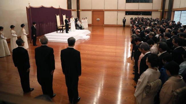 Dia berjanji untuk selalu mengingat jalan yang telah dipijak sang ayah dan mengabdikan dirinya untuk terus melakukan 'perbaikan diri'. Ia menghadapi tugas rumit dalam menyeimbangkan tradisi dalam monarki dan nilai-nilai modern negaranya. (Photo by STR / Japan Pool / AFP)