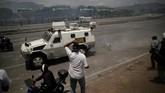 Demonstran oposisi diserang oleh pasukan nasional Venezuela di dekat jalan di basis lapangan udara Generalisimo Francisco de Miranda