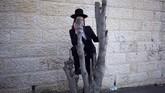 Di Yerusalem, seorang penganut Yahudi Ultra-Ortodoks menyaksikan pemakaman rabi Menachem Mendel Taub yang merupakan rabi dinasti Kaliv Hasidic dan juga juga seorang penyintas Holocaust. (AP Photo/Ariel Schalit)