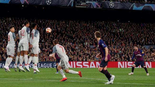 Lionel Messi mencetak gol ke-600 dalam sepanjang kariernya setelah sukses membobol gawang Liverpool dari tendangan bebas sejauh 27 meter. (REUTERS/Albert Gea)