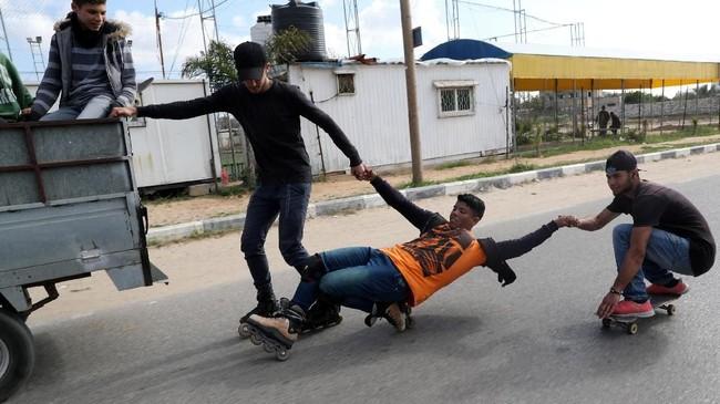 Beberapa anggota Gaza Skate Team,Mohammad Al-Sawalhe (23)dan Mustafa Sarhan (19), terlihat bahagia saat bercengkrama sembari berlatih di jalanan Gaza.