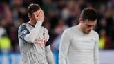 Jordan Henderson dan Andrew Robertson menyudahi laga dengan raut kekecewaan. (REUTERS/Albert Gea)