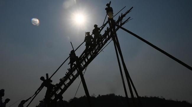 Roket pun tak hanya 'dititipi' doa. Itu juga dilombakan dengan hadiah sampai US$4.000. (Ye Aung THU / AFP)