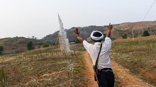 Berkah biksu itu bak doa yang diantarkan ke langit. (Ye Aung THU / AFP)