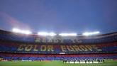 Fan Barcelona menyambut leg pertama semifinal Liga Champions melawan Liverpool dengan semarak. Tifo bertuliskan