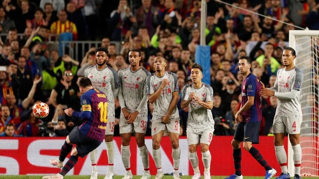 Berselang tujuh menit dari gol pertamanya, Messi mencetak gol kedua melalui tendangan bebas. (Action Images via Reuters/John Sibley)