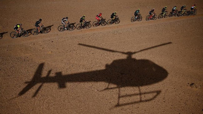 Para peserta memacu sepeda mereka dalam ajang balapan sepeda gunung Titan Desert 2019 yang tahun ini memasuki penyelenggaraan ke-14 kali. Mereka sedang mmebalap di antara kota Merzouga dan Massici di Moroko. (Photo by FRANCK FIFE / AFP)