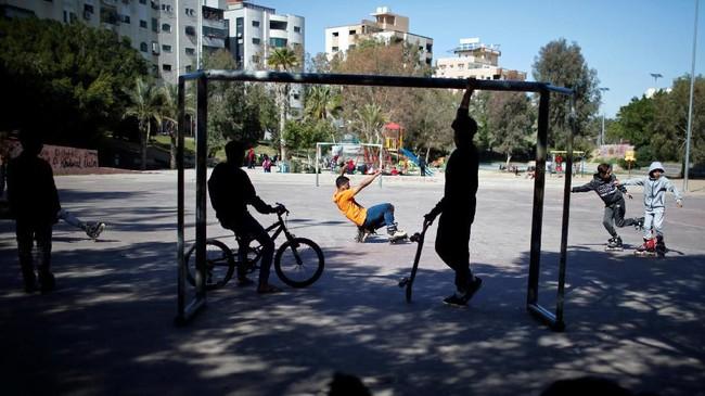 Meski demikan para anggota Gaza Skate Team merasa hal tersebut bukan halangan besar, bagi mereka membeli barang bekas atau meminjam peralatan dari teman masih lebih dari cukup untuk melanjutkan hobi mereka.