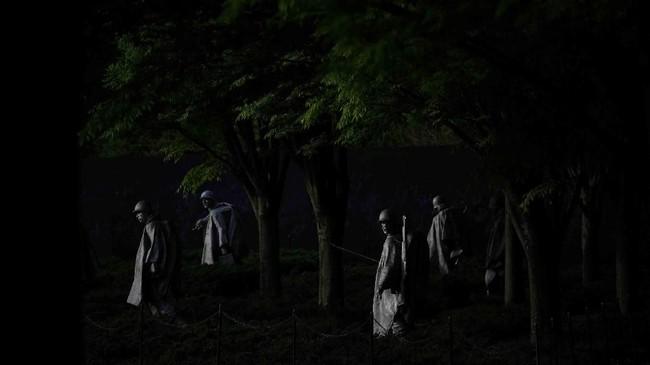 Monumen penghormatan untuk korban Perang Korea di Washington D.C, Amerika Serikat, diterpa cahaya matahari pagi. (REUTERS/Clodagh Kilcoyne)