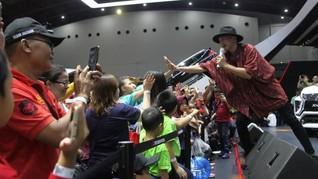 Penyanyi Papan Atas Ramaikan Booth Mitsubishi Motors