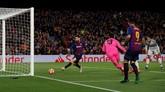 Lionel Messi menggandakan keunggulan Barcelona pada menit ke-75. Bola yang ditendang Luis Suarez mengenai mistar gawang dan memantul ke arah Messi. (REUTERS/Albert Gea)
