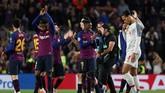 Pemain-pemain Barcelona seperti Nelson Semedo dan Ousmane Dembele memberi penghormatan kepada penonton, sementara Virgil Van Dijk tertunduk lesu. (REUTERS/Sergio Perez)