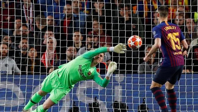 Kendati tertinggal 0-1, Liverpool tetap tampil semangat. Pada awal babak kedua sepakan James Milner ditepis Marc-Andre ter Stegen. (REUTERS/Albert Gea)