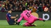 Pada menit ke-26 Luis Suarez melakukan pergerakan tanpa bola yang berujung dengan keberhasilan menyontek bola kiriman Jordi Alba ke gawang Alisson Becker. (REUTERS/Sergio Perez)