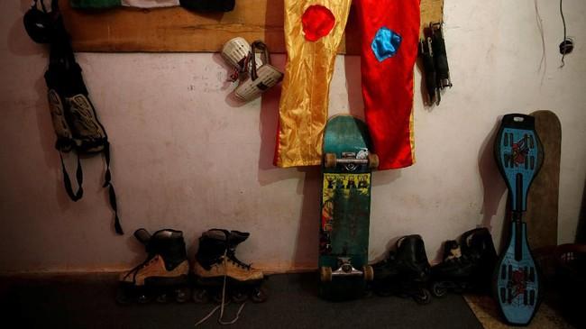 Sarhan mengaku ia dan beberapa temannya merasa cukup kesulitan untuk mendapatkan perlengkapan skateboard, lantaran konflik antara Israel dan Palestina yang tak kunjung usai.