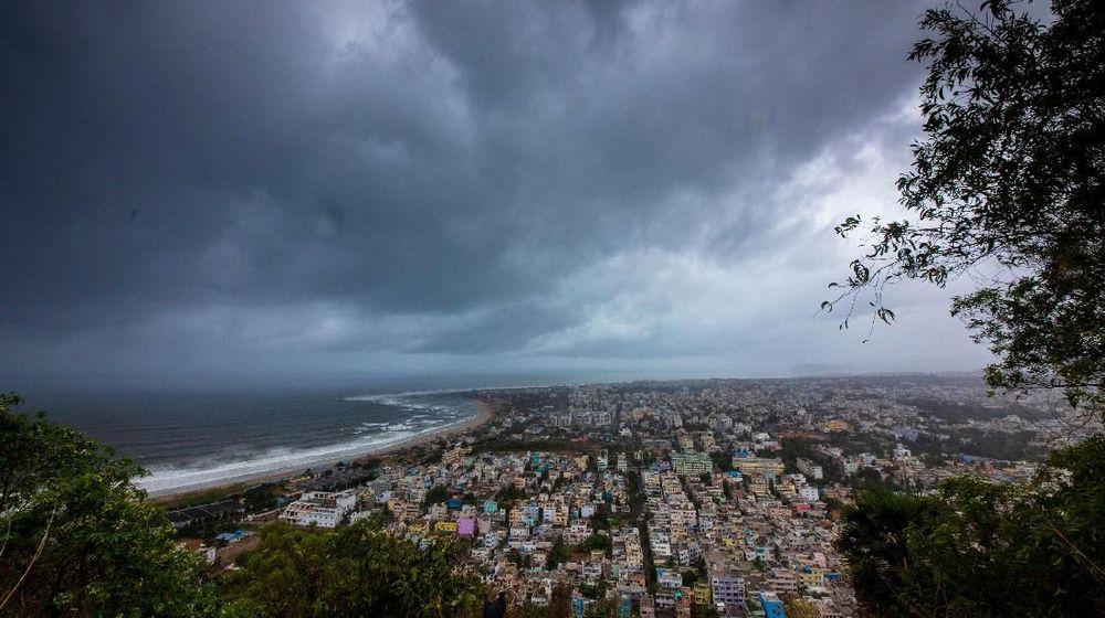 Topan kuat menyerang wilayah pantai timur India, Jumat (3/5/2019), dengan hujan deras dan angin kencang hingga 200 kilometer per jam. Belum ada aporan awal korban setelah 1 orang dievakuasi sebelum topan tiba. (Reuters/Stringer)
