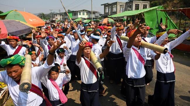 Selain 'menitip' doa pada roket, masyarakat Pa'O juga bernyanyi-nyanyi serta menari. (Ye Aung THU / AFP)