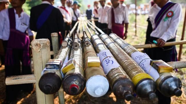 Masing-masing roket yang dibuat sepanjang maksimal 90 cm dan berdiameter 3 cm, akan diberkati oleh seorang biksu sebelum ditembakkan ke udara. (Ye Aung THU / AFP)