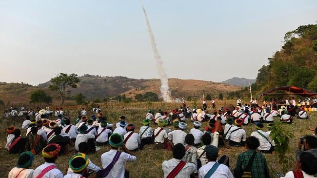 Pa'O adalah kelompok minoritas terbesar di Myanmar. Jumlahnya kini masih 1,2 juta. Meski meyakini Budha, mereka juga masih punya jiwa animisme, percaya pada naga. (Ye Aung THU / AFP)