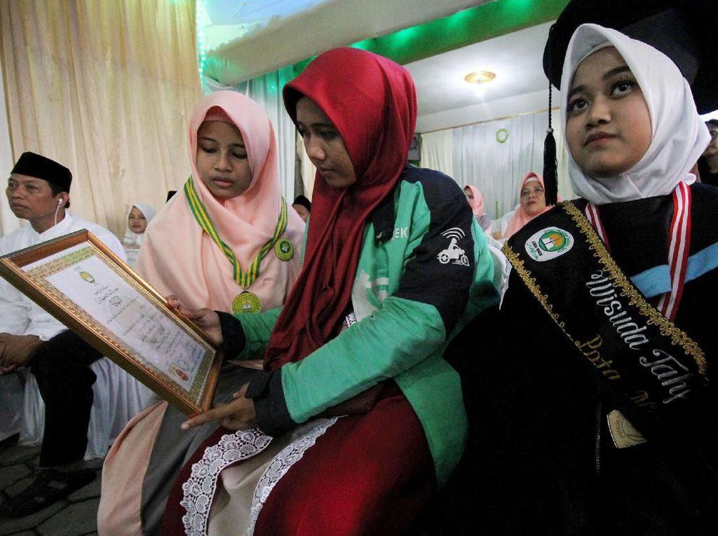 Donasi tersebut dikumpulkan oleh seorang mitra driver Gojek di Bogor yang setiap harinya menyisihkan penghasilannya sebagai driver online untuk diberikan kepada pesantren tersebut. Foto: dok. Gojek