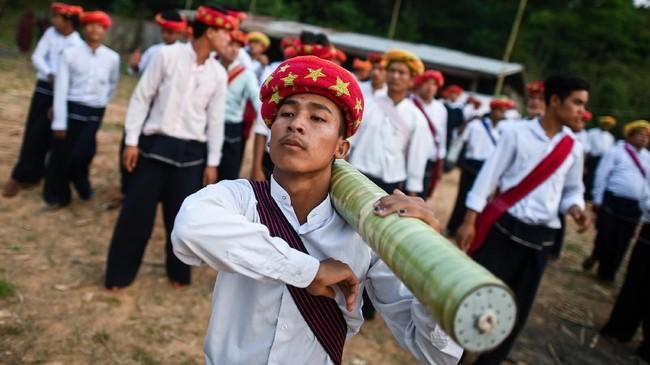 Roket-roket mereka buat dengan tangan, tak berisi nuklir seperti milik Korea Utara atau Amerika. Selongsongnya dibuat dari bambu, tapi di dalamnya ada 40 kg bahan peledak. (Ye Aung THU / AFP)