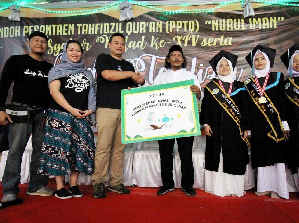 Hadir dalam acara tersebut VP Corporate Affairs Gojek Dudi Irawan (ketiga dari kiri) didampingi oleh tim Gojek menyerahkan donasi kepada Pondok Pesantren Tafhidzil Quran (PPTQ) Nurul Iman Bogor. Foto: dok. Gojek