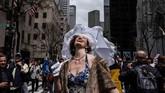 Seorang perempuan menyambut hangat sinar matahari saat mengikuti Parade Paskah dan Festival Topi di New York City, Amerika Serikat. (REUTERS/Stephanie Keith)
