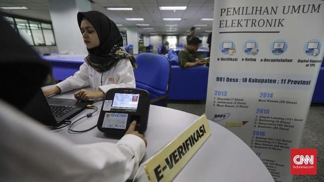 Penggunaan e-Voting dalam pemilu pun sempat ditonjolkan lagi oleh Ketua DPR Bambang Soesatyo. Menurutnya metode itu sebaiknya sudah bisa dilakukan pada pemilu untuk kepala daerah selanjutnya. (CNN Indonesia/Adhi Wicaksono)