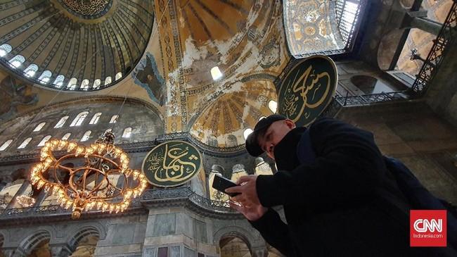 Di beberapa sudut museum Hagia Sophia. terdapat kaligrafi bernuansa Islam dan lukisan bernuansa Kristen. (CNNIndonesia/Agustiyanti)