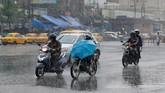 Korban kedua dilaporkan tetap berjalan di luar meski otoritas sudah memperingatkan untuk tetap berada di dalam ruangan. (Reuters/Rupak De Chowdhuri)