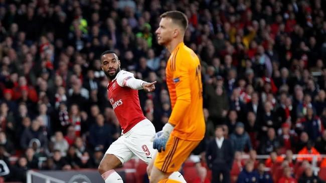 Arsenal hanya butuh waktu tujuh menit untuk menyamakan kedudukan lewat Alexandre Lacazette, yang dengan mudah menceploskan bola ke gawang yang kosong usai menerima umpan Pierre-Emerick Aubameyang. (REUTERS/David Klein)